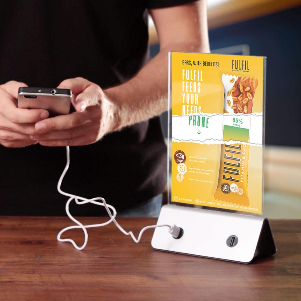 Iphonecharger met flyer gepresenteerd op een tafel